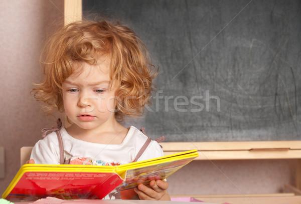 Colegiala lectura libro de texto clase pizarra nina Foto stock © Yaruta