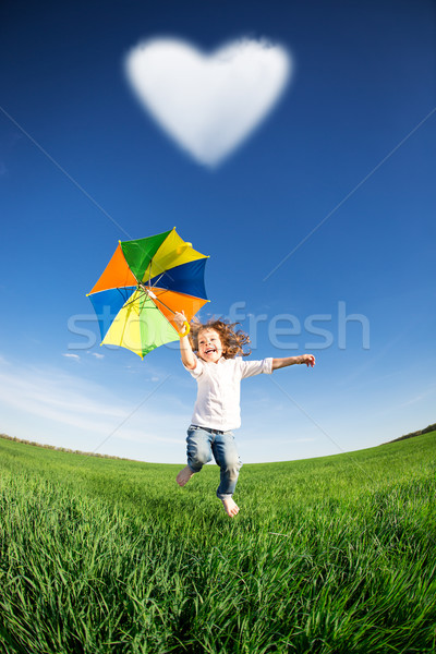 Feliz nino saltar verde campo cielo azul Foto stock © Yaruta