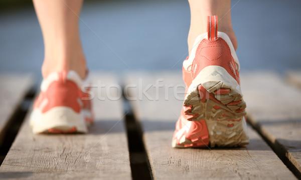 Uprawiający jogging stóp kobiet uruchomiony wody słońce Zdjęcia stock © Yaruta