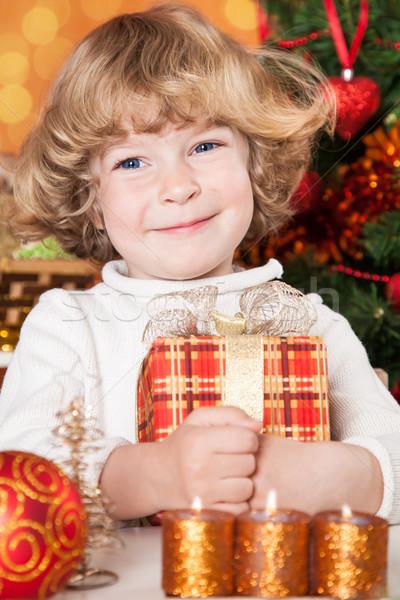 Boldog gyermek tart ajándék doboz karácsonyfa díszítések Stock fotó © Yaruta