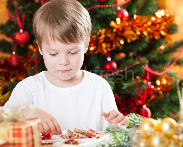Foto stock: Feliz · criança · jogar · decorações · árvore · de · natal · família