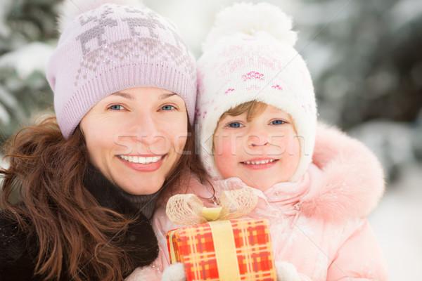 Familia feliz caja de regalo invierno aire libre Navidad Foto stock © Yaruta
