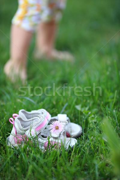 Blootsvoets gras bloem baby kind schoenen Stockfoto © Yaruta