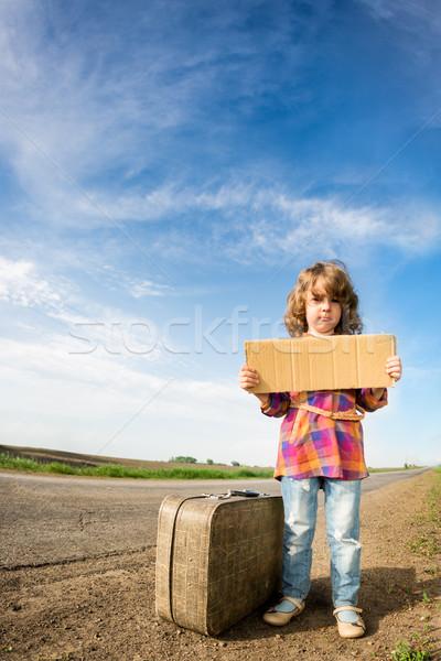 Eenzaam meisje koffer permanente weg Stockfoto © Yaruta