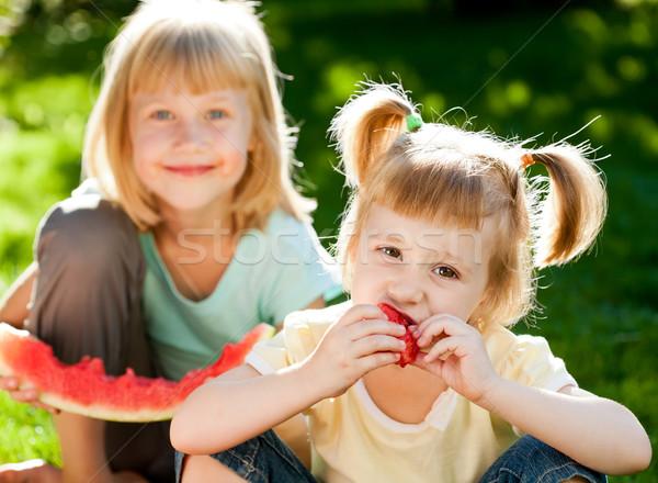 Foto stock: Crianças · piquenique · feliz · alimentação · melancia · ao · ar · livre