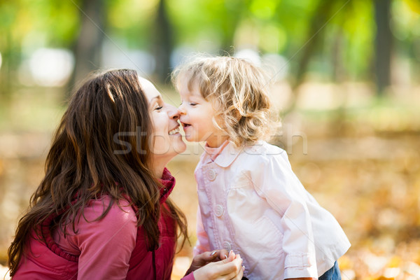 Stockfoto: Vrouw · kind · najaar · park · gelukkig · glimlachend