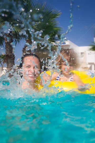 Nino piscina familia feliz jugando verano vacaciones Foto stock © Yaruta