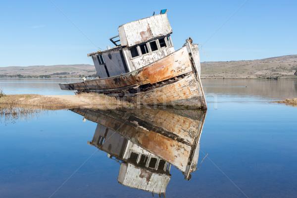 Naufragio punto riflessioni cielo blu barca nave Foto d'archivio © yhelfman