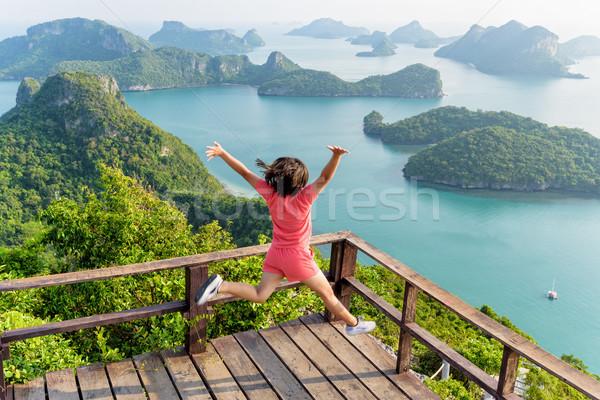 Vrouw springen berg toeristische gelukkig Stockfoto © Yongkiet