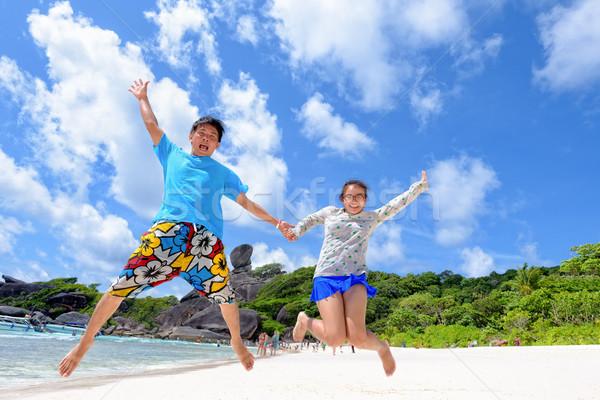 Pai filha saltando praia Tailândia feliz Foto stock © Yongkiet