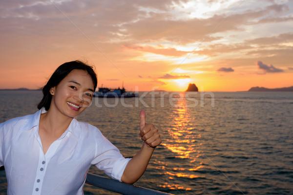 Vrouwen toeristische zonsondergang duim bewonderen mooie Stockfoto © Yongkiet