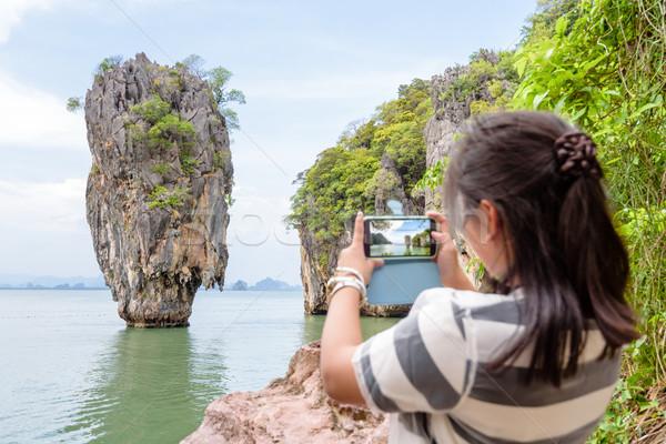 Vrouwelijke reiziger schieten natuurlijke mobiele telefoon Stockfoto © Yongkiet