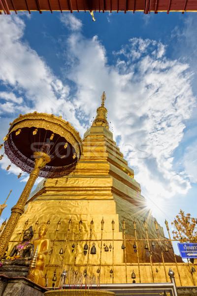 Tempel boeddhisme gouden pagode blauwe hemel aanbidden Stockfoto © Yongkiet