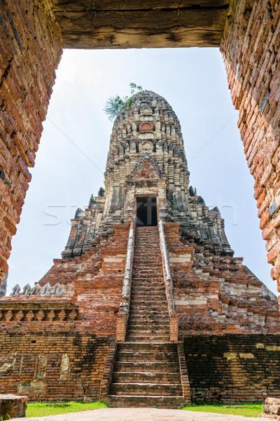 Pagoda antigua templo grande mirando marco de la puerta Foto stock © Yongkiet