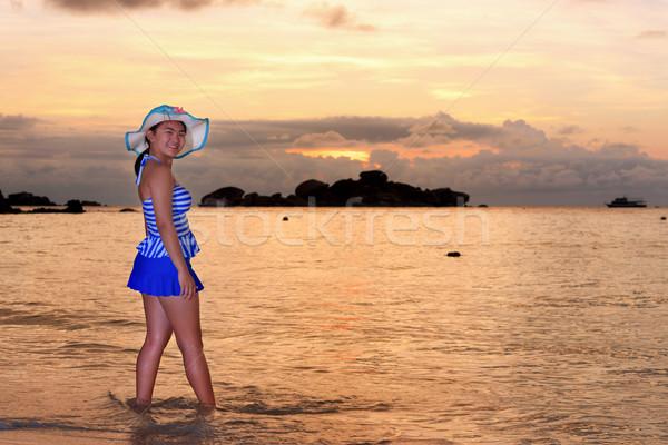 Látogatók nő néz napfelkelte tenger kék Stock fotó © Yongkiet