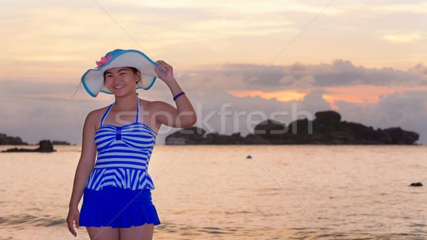 Meisje strand zonsopgang zee toeristische Blauw Stockfoto © Yongkiet