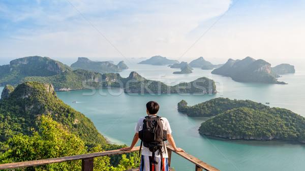 Uomo turistica isola zaino guardando Foto d'archivio © Yongkiet