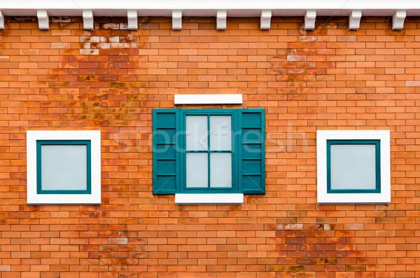 Pencere turuncu tuğla duvar yeşil dışında ev Stok fotoğraf © Yongkiet