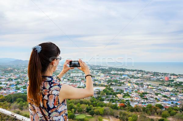 Kadın telefon resimleri şehir yüksek Stok fotoğraf © Yongkiet