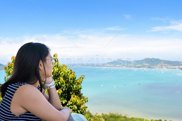 Mulheres turista olhando mar phuket Tailândia Foto stock © Yongkiet