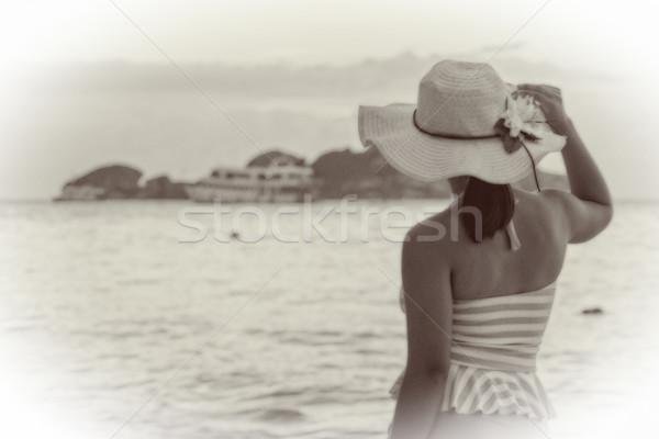 Mulher praia vintage estilo preto e branco efeito Foto stock © Yongkiet