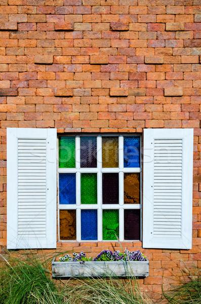 Fen tre orange mur de briques blanche color - Fenetre brique de verre ...