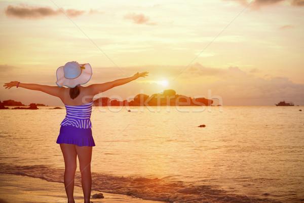 Visiteurs femme regarder sunrise mer bleu Photo stock © Yongkiet