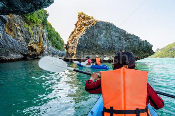 Groep toeristen kajak boot rond genieten Stockfoto © Yongkiet