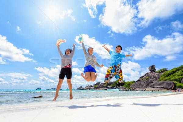幸せな家族 ジャンプ ビーチ タイ 家族 休暇 ストックフォト © Yongkiet
