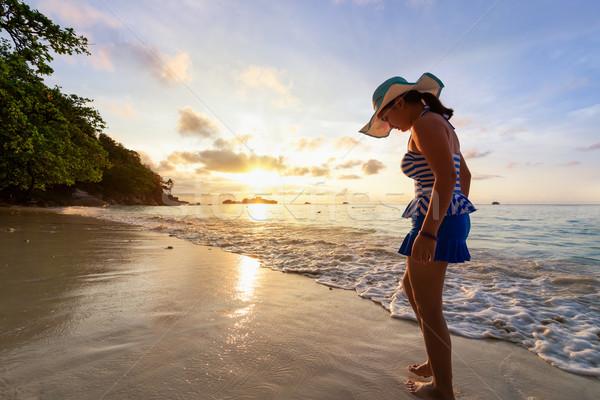 Meisje strand eiland Thailand zwempak permanente Stockfoto © Yongkiet