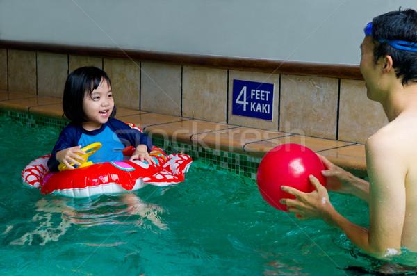Asiático família nadar tubo jogar piscina Foto stock © yongtick