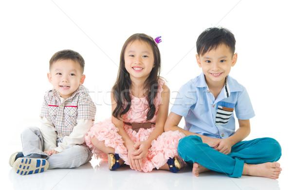 Asian kinderen vergadering vloer familie glimlach Stockfoto © yongtick