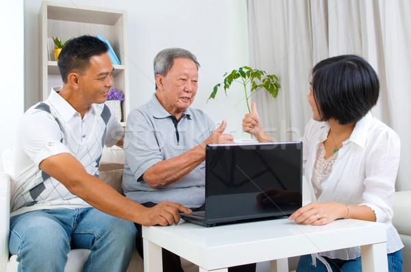ázsiai család idős férfi táblagép pihen Stock fotó © yongtick