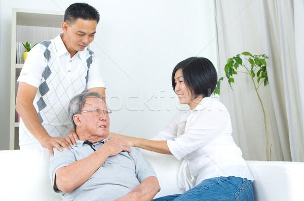 Asiático família velho dor no ombro sessão sofá Foto stock © yongtick