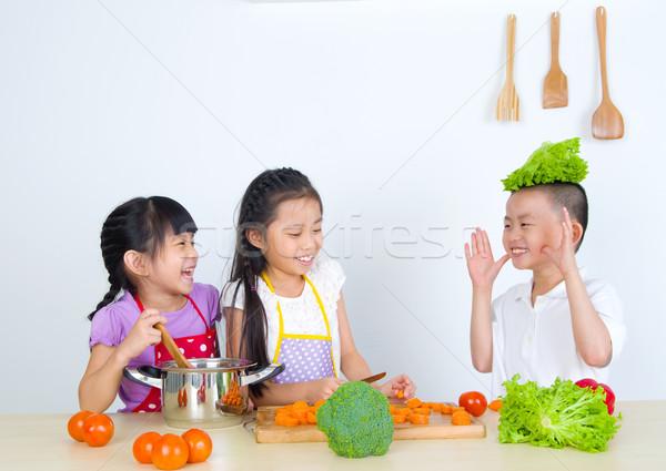 Asian kinderen koken gezond eten meisje Stockfoto © yongtick
