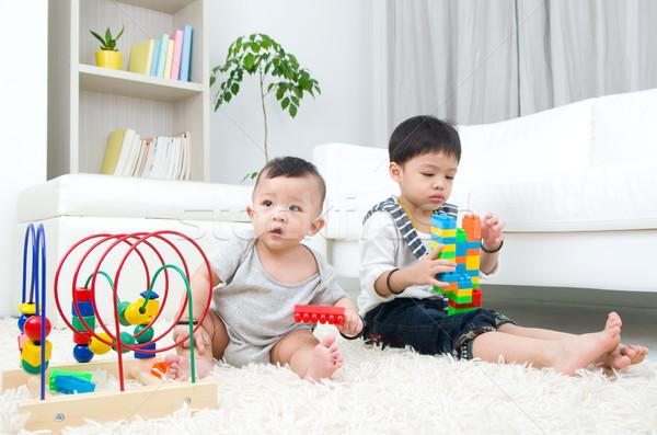 Asiático crianças sessão piso jogar brinquedo Foto stock © yongtick