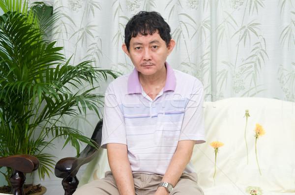 Gehandicapten asian man vergadering sofa home Stockfoto © yongtick