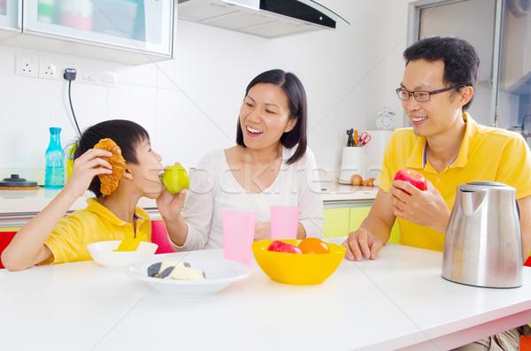 Cozinha família feliz filho alimentação frutas mulher Foto stock © yongtick