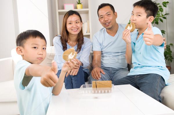 Asian familie genieten snack liefde home Stockfoto © yongtick