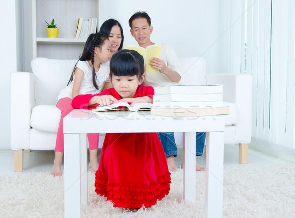 アジア 家族 読む 図書 ホーム 子 ストックフォト © yongtick