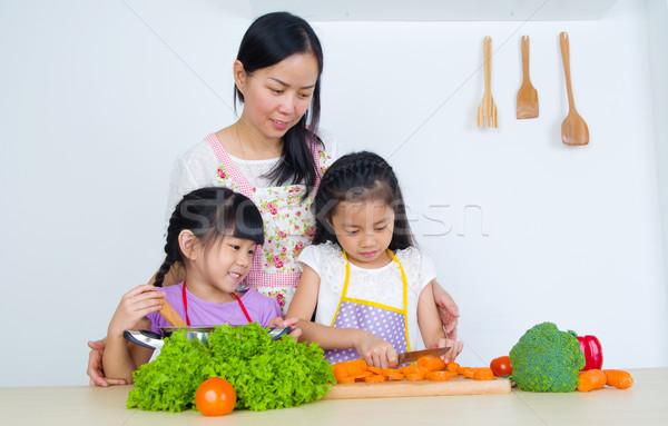 Asian familie moeder kinderen koken keuken Stockfoto © yongtick