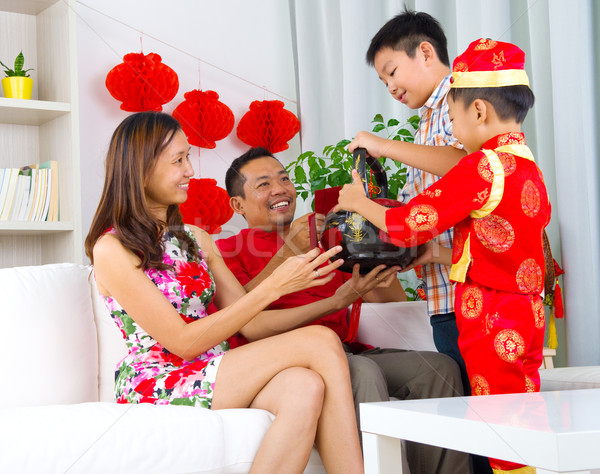 Asiático família meninos cesta do presente pais Foto stock © yongtick