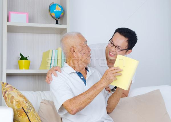 Asian familie senior man zoon boek Stockfoto © yongtick