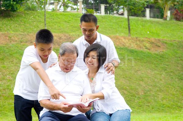 Asian tre generazione famiglia lettura libro Foto d'archivio © yongtick