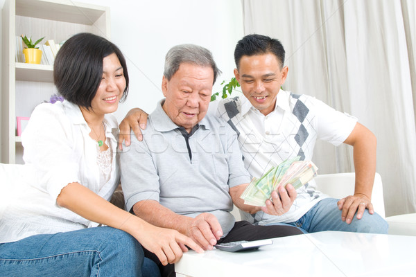 Asiático família senior homem crianças dinheiro Foto stock © yongtick