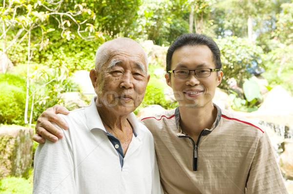 Asiático família feliz relaxante jardim sorrir Foto stock © yongtick