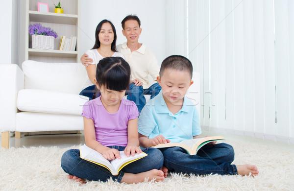 Asiático família leitura livro casa criança Foto stock © yongtick