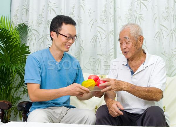Asian familie gelukkig gezond eten vruchten voedsel Stockfoto © yongtick
