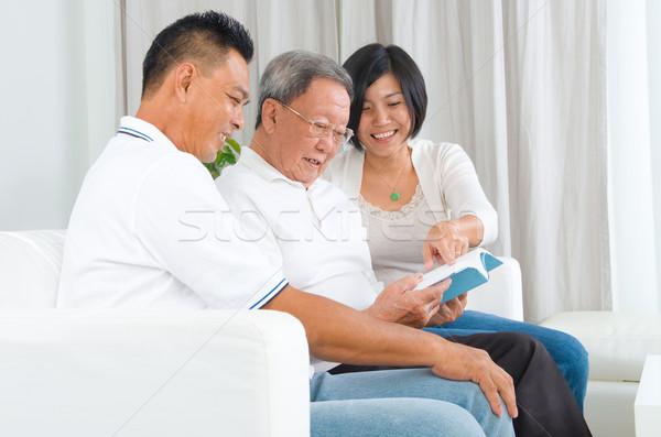 Asian familie lezing boek home meisje Stockfoto © yongtick
