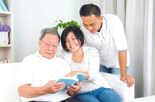 Asiático família leitura livro casa menina Foto stock © yongtick